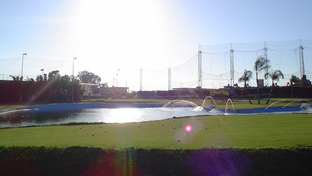 Campo-de-Golf-con-Lago